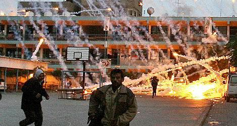 "Photo of أمطار النار ""استخدام إسرائيل غير القانوني للفسفور الأبيض في غزة"