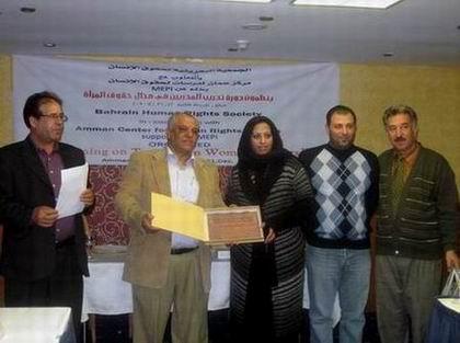 صورة لاحدى المشاركات اثناء تسلمها الشهادة