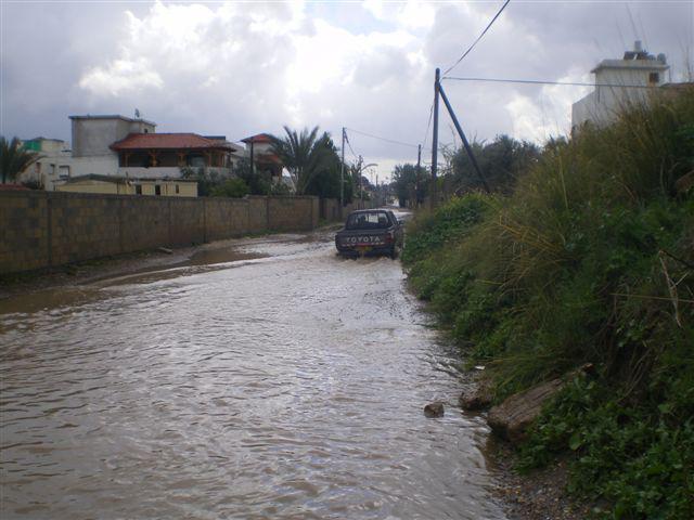 غياب شبكات الصرف والمجاري أدى إلى غمر طرق دهمش غير المرصوفة بالمياه، بشكل دائم شتاءً.