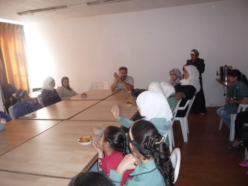 الدكتور نظام عساف خلال لقاءة بالطالبات