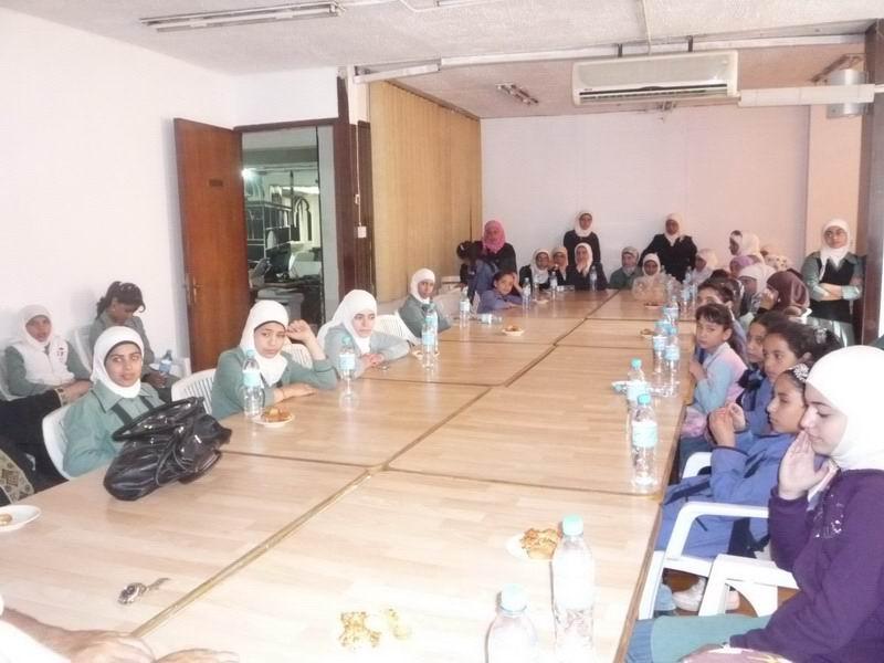 الطالبات اثناء حضورهن الورشة الثقيفية