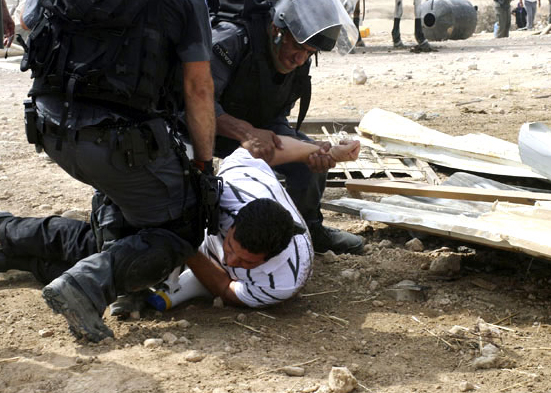 صورة منظمة العفو تدين إسرائيل لهدمها قرية بدوية