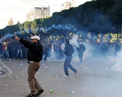 الشرطة تحاول تفريق المسيرة الحاشدة أمام وزارة الداخلية