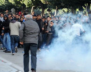 القنابل المدمعة لم تخف المتظاهرين على الظلم