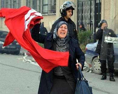 امرأة تحمل العلم التونسي وسط العاصمة