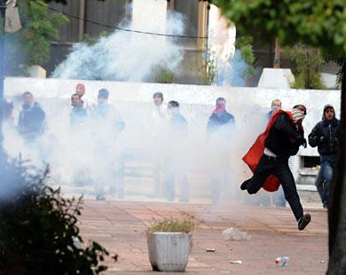 المتظاهرون قذفوا قوات الشرطة بالحجارة