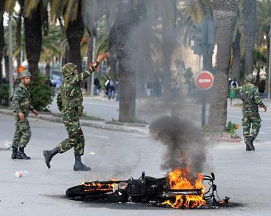 الجيش لم يتدخل لتفريق المتظاهرين واكتفى بحراسة المؤسسات العمومية