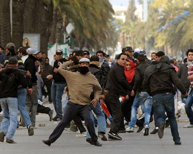 المتظاهرون غير آبهين بتحذيرات الشرطة