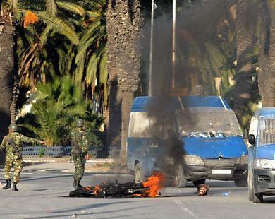 حرق لعربات تابعة للشرطة تحت أنظار الجيش