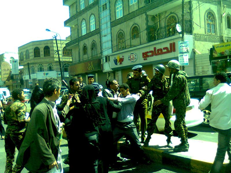 Photo of اليمن: لا تستخدموا صواعق الكهرباء على المتظاهرين السلميين
