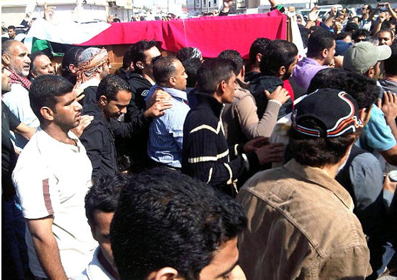 صورة مقتل محتجيْن في البحرين يشير إلى الاستخدام المفرط للقوة من جانب الشرطة