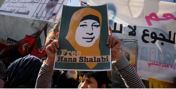 صورة مضربة فلسطينية عن الطعام معرضة لخطر الموت تسلط الضوء على ظلم الاعتقال الإداري