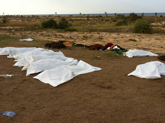 جثث لأفراد يبدو بوضوح أنهم ضحايا عمليات إعدام تم العثور عليهم في فندق المهاري بمدينة سرت يوم 22 أكتوبر/تشرين الأول 2011، بعد يوم من المعركة الأخيرة لقافلة القذافي. من المقدر أن 66 أسيراً من قافلة القذافي قد أعدموا على ما يبدو على يد مقاتلي المعارضة.زار باحثو هيومن رايتس ووتش الموقع في 23 أكتوبر/تشرين الأول 2011، وعثروا على جثث بدأت في التحلل، لـ 53 شخصاً يبدو أنهم ضحايا إعدام وهم جميعاً رجال، وكانت الجثث ما زالت في موقع الإعدام.
