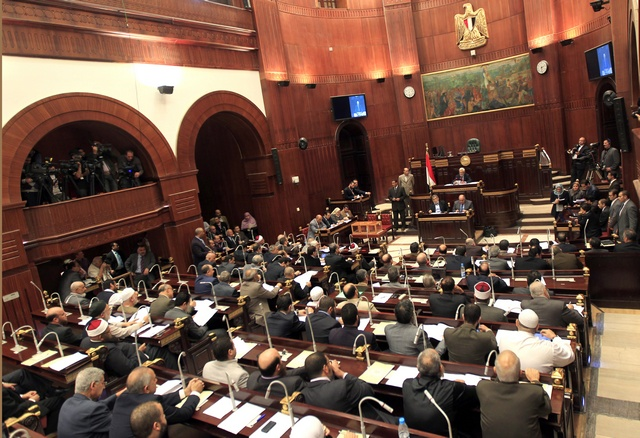 أعضاء الجمعية التأسيسية المصرية يجتمعون في مجلس الشورى للتصويت النهائي على مسودة الدستور المصري في القاهرة. © 2012 Reuters