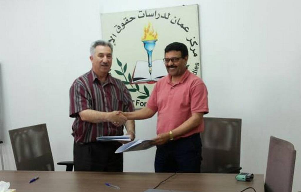 صورة توقيع اتقافية تعاون بين مركز عمان ومنظمة حريات الاعلام والتعبير بالمغرب